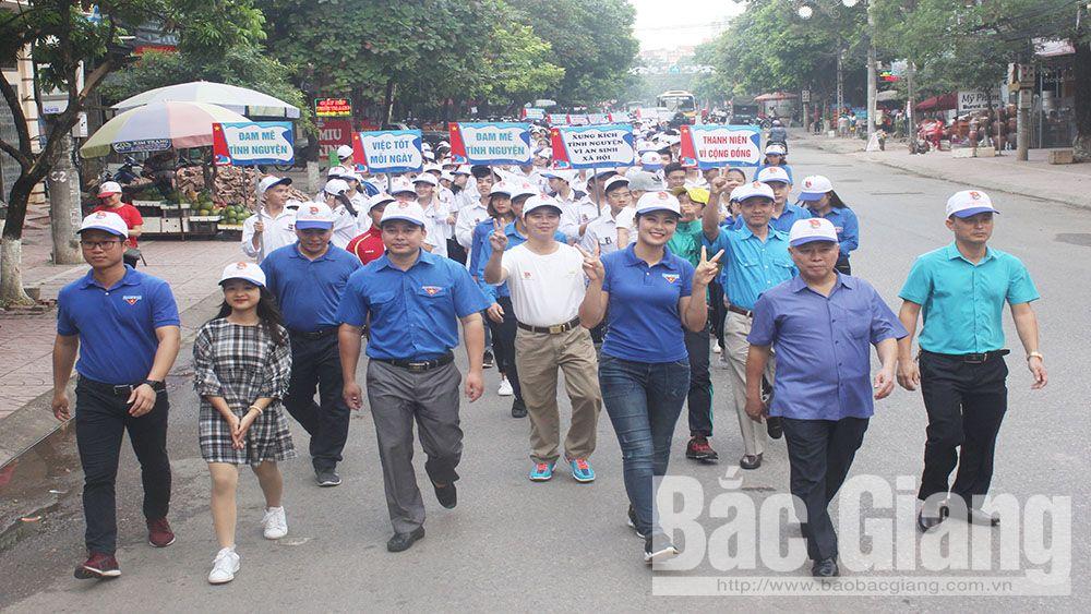 Hoa hậu Ngọc Hân cùng thanh niên Bắc Giang đi bộ gây quỹ giúp người nghèo